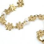Pulsera con perlas y motivos en forma de flor